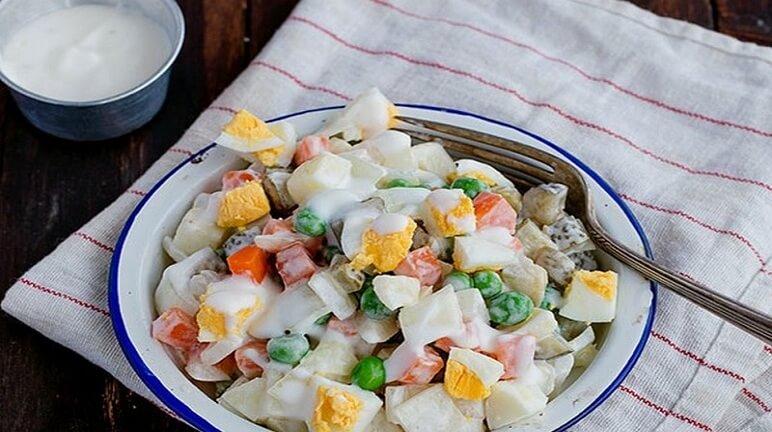 salad nga trong đĩa trắng để trên bàn