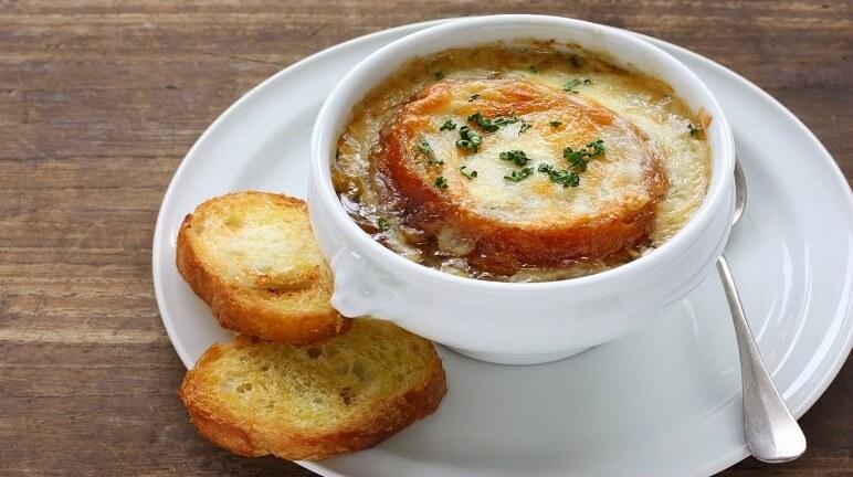 Khai vị tiệc Âu với món soup hành đút lò kiểu Pháp