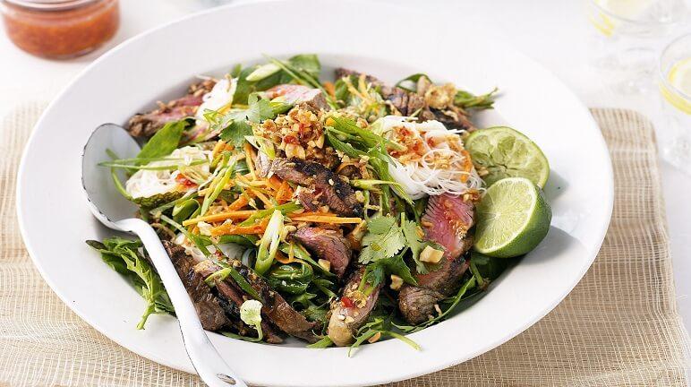 Cuối tuần lai rai với món salad thịt bò nướng ngon đúng chuẩn