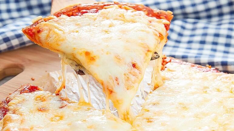 Cách làm pizza viền phô mai ngon hơn nhà hàng