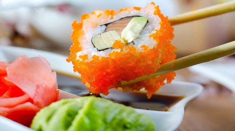 Sushi cá hồi trứng tôm phong cách Nhật Bản cực ngon