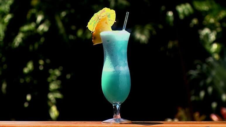 Tự pha cho mình một ly cocktail Blue Hawaii sôi động mùa hè