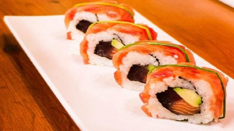 Bắt tay ngay vào thực hiện cách làm sushi cá hồi siêu dễ