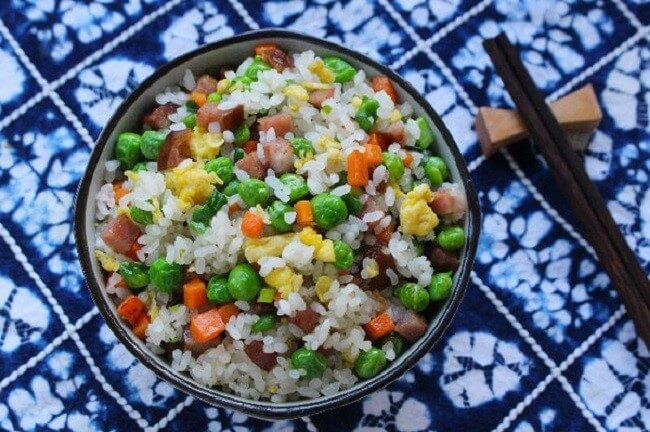 Món cơm chiên dương châu đã được nấu xong.