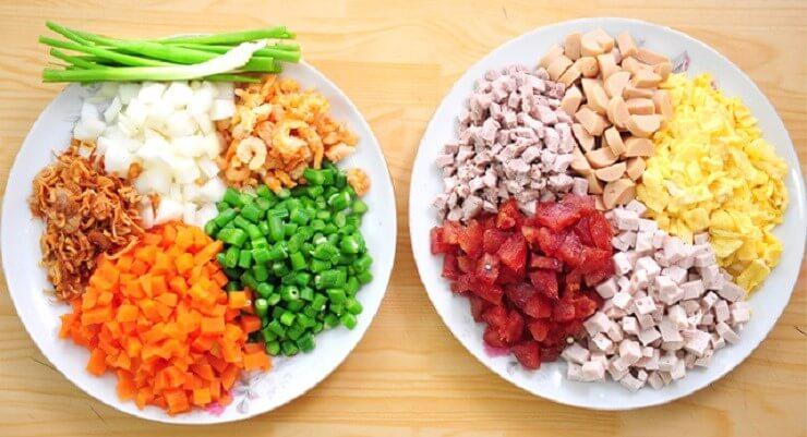 Những nguyên liệu để làm cơm chiên dương châu.