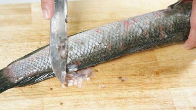 Đánh vảy cá cho sạch trước khi ché biến.